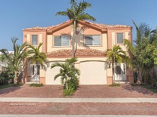 Beautiful town home, steps to the beach
