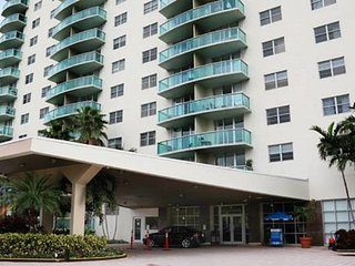 Luxury Apartment with Balcony Ocean View, Sunny Isles Beach