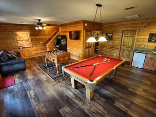 Hoedown Hideaway - PRIME location, no scary roads, huge game room, PS4, Hot tub