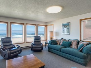 Monica's Five Bedroom Beach Front - Sleeps 16, Rockaway Beach