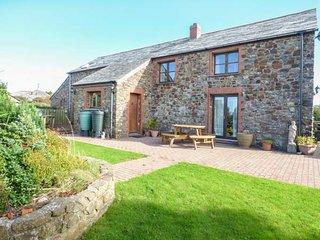 PENBARDEN BARN, spacious barn conversion, woodburner, garden, Crackington