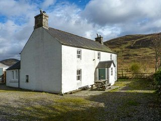 PRESNERB FARMHOUSE, detached cottage, countryside views, pet-friendly, Glen Isla, near Alyth, Ref 942259