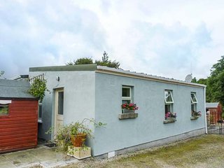 THE LODGE, rustic chalet, private patio, woodburner, WiFi, Rathfarnham, Dublin,