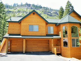Large log home! Views, air-con, game rm, sauna, steam room, hot tub, pool table