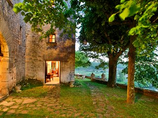 MANOIR DE BEYNAC: SECRET MANOR HOUSE WITH SPECTACULAR VIEWS OVER THE DORDOGNE