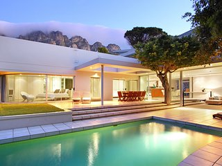 Luxury Villa. Ideal for families and friends, pool, close to beach, 5 bedrooms, Camps Bay