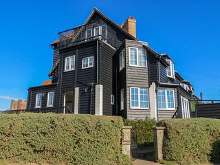 6 The Benthills - Stunning house located on Thorpeness sea front