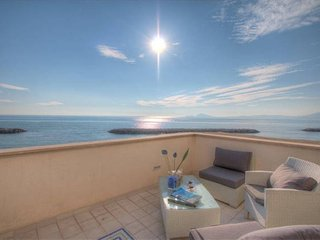 Apt in Villa ♥3bdrs 1btr heating Terrace PRIVATE Access to the Beach WiFi BBQ, Formia