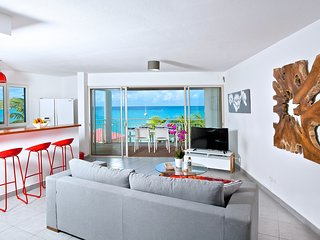 NEW & CENTRAL Apartment on the Grand Case Beach. Pool, Parking. Kind Size Bed.