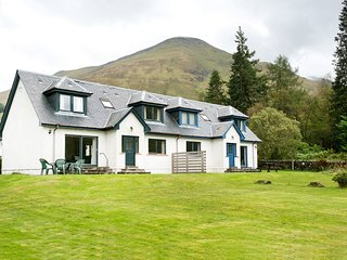 4 star, 4 bedroom, 3 bathroom cottage with beautiful loch and mountain views