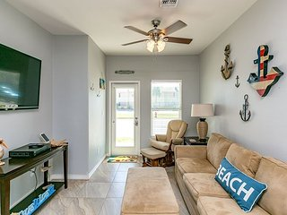 Walk to Beach 4BR, 3BA Townhouse - Port Aransas