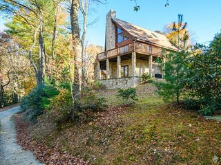 3BR, King Suite, Air Hockey, Wet Bar, Outdoor Fire Pit, 2 Living Areas, Open Floor Plan, Large Great Room, Vaulted Ceilings, Granite, Stone Fireplace, Minutes to App Ski Resort, Close to Blowing Rock, Boone, Tweetsie Railroad, Blue Ridge Parkway