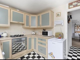 Gorgeous listed Whitstable holiday home sleeps 2-5, beach/town 7 mins easy walk