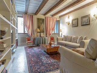 Agnus Dei - Stylish and newly restored canal view apartment in Santa Croce, Venice