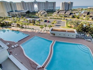 Roomy high-rise condo w/ ocean views & shared pool access - snowbirds welcome!