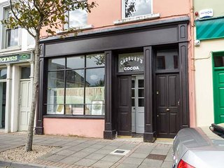 THE MERCHANT'S STORE, all ground floor, converted shop, open plan living, WiFi, Kilrush, Ref 946885