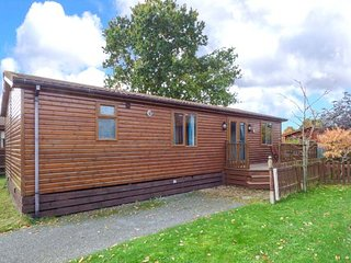 AVOCET COTTAGE, detached lodge on holiday park, WiFi, peaceful location