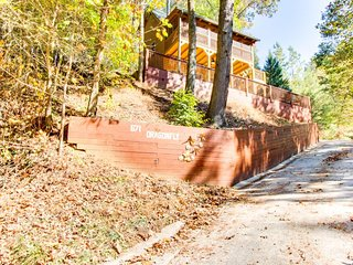 Charming three-story, waterfront cabin in the woods with screened-in deck, Ellijay