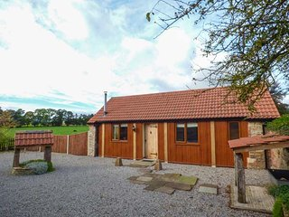 THE CALF SHED, WiFi, romantic retreat, woodburner, in Adsett, Ref. 29559, Westbury on Severn