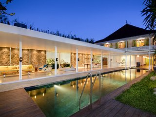 VILLA 1880 - ONE OF A KIND 5 BED WORLD CLASS VILLA, WALK TO BEACH, PRIVATE CHEF, Canggu
