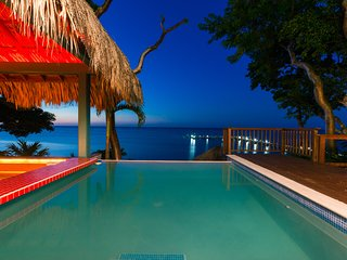 La piscina con un bar sull'acqua
