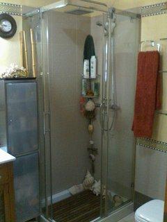 Baño con plato ducha y mampara cristal de diseño.