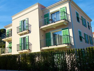 Lovely Luxury apartment near Seaside and center with garden, A/C, parking 003