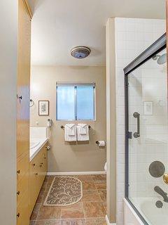 Full bathroom, tub/shower combo - main floor
