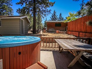 ~Life Of Riley~Furnished Retreat~Hot Tub & BBQ Area~Central Location~
