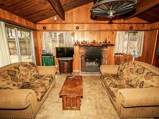 Kole's Cabin~Private Hot Tub~Adorable Single Story Cabin~Fenced Yard~Fireplace~