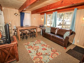 Cozy/Cute Mountain Cabin~Big Fenced Yard~Deck With BBQ Grill~Full Kitchen~WiFi~