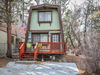 Coyote Den~Wonderful Mountain Cabin~Two Story~Fireplace~Nice Quiet Neighborhood~