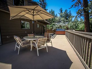 ~Finch Chalet~Walk To Lake & Park~On-Deck Hot Tub~Full Kitchen~A