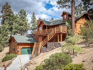 ~Alpine Lodge~Gorgeous Downtown Log Home~Pool Table~Hot Tub~Lake Views~