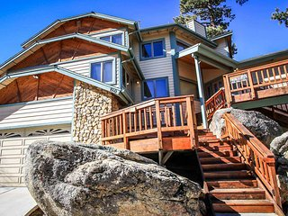 ~Four Seasons Estate~Massive Downtown Chalet~Sauna~Hot Tub~Foosball & Pool Table