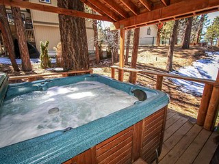 Pines & Needles Family Cabin~Pool Table/Game Room~Outdoor Spa~Washer/Dryer~WiFi~