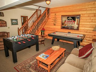 BEAR LODGE~Tri-Level Group Retreat~Game Room~Lake-View Sundeck~BBQ~