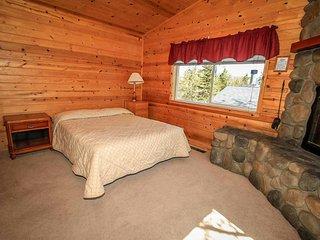 Lakeview Lodge #E~Basic Lodge Unit~Kitchenette & Fireplace~Walk To Town & Lake~