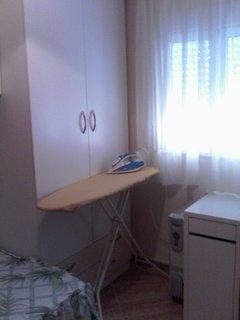 Habitación con mesa de planchado.