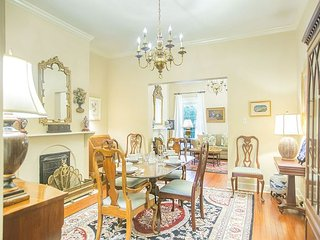Stay Local in Savannah: Beautiful 2 bedroom home overlooking Chatham Square