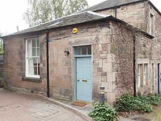 Unique, bright two bedroom house with private parking, Edimburgo
