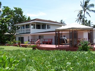 Beachfront Paradise - w/ jacuzzi, huge yard, Haleiwa