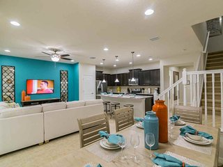 Great for Families! 5 Bed 4.5 Bath Townhome with Pool!, Kissimmee