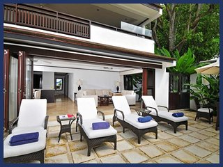 Beautiful 2 Bedroom Beachfront Apartment, Paynes Bay