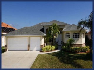 Comfortable 3 bedroom vacation home- Single family- Pet friendly- Heated pool- Beautiful lanai, Cape Coral