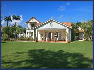 Grand 4 bedroom home with a lovely pool, overlooking a polo field - for great views of the game!, Saint Peter Parish