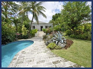 Romantic, luxury 2 bedroom villa with an outdoor jacuzzi, pool and an ocean front gazebo, the ideal retreat for breakfast, lunch, Durants