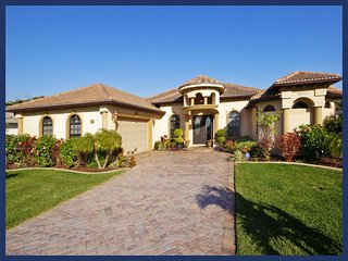 Beautiful flower garden-Spacious 3 bedroom luxury villa-Pool & Spa-Perfect privacy-Single family, Cape Coral