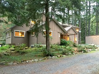 Mt Baker Lodging Cabin #3 - Very large cabin on acreage!  Will sleep up to 26!