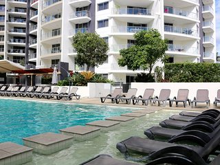 Surfers Paradise Spacious Beach Apartment